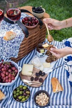 Sommer Picknick. Weinprobe. Käse und Wein. Picknickdecke. Picknickkorb als Tischchen. Tischlein deck dich. Blaue Muster.