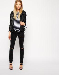 Polo a rayas con jean rasgado