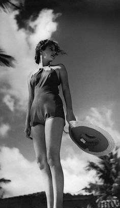 Model in a 1935 beach look // Photo Toni Frissell Condè Nast Archive Vogue Now this is a real bathing suit Louise Brooks, Barbara Stanwyck, Harper's Bazaar, Mae West, Vintage Fashion Photography, Vintage Beach Photography, Birth Photography, White Photography, Vintage Swimsuits