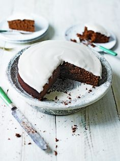 This delicious chocolate Guinness cake recipe from Jamie Oliver is perfect for St Patrick's day. It's a grown-up chocolate cake, with plenty of dark chocolate, Guinness, and a tangy sour cream icing. Chocolate Guinness Cake, Salted Caramel Cake, Chocolate Cake, Jamie Oliver, Delicious Chocolate, Chocolate Recipes, Delicious Food, Sour Cream Icing, No Bake Desserts