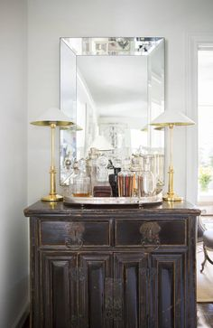 Impromptu mini bar anchored by a pair of lamps Interior Design Trends, Interior Inspiration, Interior Decorating, Cabinet Inspiration, Bandeja Bar, Home Bar Accessories, Bar Cart Decor, Living Spaces, Living Room
