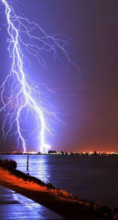 Nature Dangerous yet Amazing Pics of Lightning… All Nature, Science And Nature, Amazing Nature, Beautiful Sky, Beautiful World, Stunningly Beautiful, Fuerza Natural, Cool Pictures, Beautiful Pictures