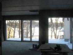 Talvinen merimaisema olohuoneen ikkunasta.