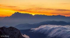 """#wandern #weitwandern #sonne #weitwanderwege #mehrtagestouren #österreich #frühling (c) Coen Weesjes Photography - gefunden auf http://www.coenweesjes.nl - die Sonne """"versteckt"""" sich hier zwar nicht hinterm Mond, aber mindestens genauso eindrucksvoll hinterm Hochkönig."""
