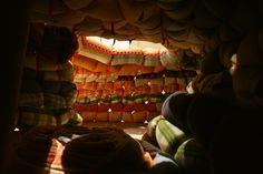 LAMBERT KAMS realiza este acogedor refugio que tiene el aspecto de una cueva de colores pasteles, es un escondite inflable que tiene el aspecto de una fortaleza defensiva de sacos de arena desde el exterior. Forma parte de la exposición en el Designworld designmuseum de Helsinki