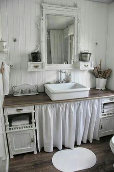 Schwanenteich badezimmer cottage bath, diy bathroom decor un Lavabo Shabby Chic, Baños Shabby Chic, Shabby Chic Furniture, Shabby Chic Dining, Bad Inspiration, Bathroom Inspiration, Rustic Bathrooms, Small Bathroom, Diy Bathroom