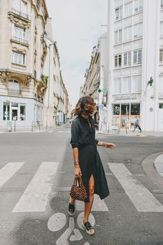 Petite robe noire VS robe fleurie – Laugh of Artist Dress Outfits, Casual Outfits, Fashion Outfits, Dresses, Shirtdress Outfit, Fashion 2020, Fashion Fashion, Retro Fashion, Runway Fashion