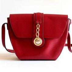 Sac rouge cuir rigide , bandoulière, vintage 90s par LesPtitesPepees sur Etsy https://www.etsy.com/fr/listing/268877424/sac-rouge-cuir-rigide-bandouliere