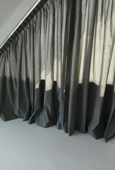 Slaapkamer met #schuine #raam partij. Rails heeft koord bediening. Gordijnstof uit eigen collectie en gemaakt in ons atelier. Sliding Door Curtains, Diy Curtains, Curtains With Blinds, Window Curtains, Window Coverings, Window Treatments, Triangle Window, Angled Ceilings, Garden Bedroom