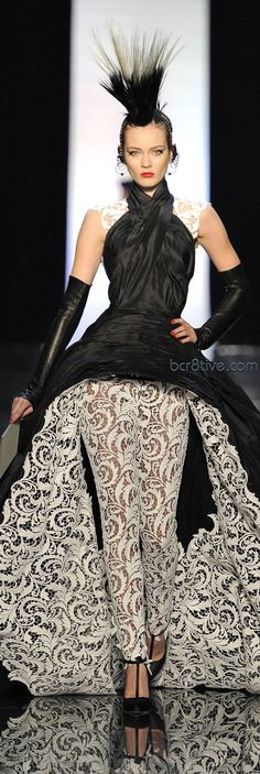 Jean Paul Gaultier Haute Couture Spring Summer 2011 Peek of pattern. Haute Couture Style, Couture Mode, Couture Fashion, Runway Fashion, Fashion Photo, Fashion Art, Womens Fashion, Fashion Design, Dress Chanel