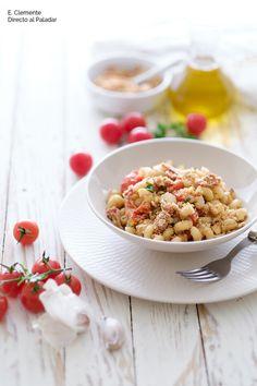 Pasta con pan crujiente, tomates cherry y anchoas.