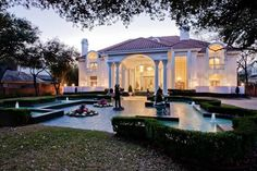 A pink mansion? Mary Kay Ash, founder of Mary Kay cosmetic's, house! Mary Kay Ash, Mary Mary, Celebrity Mansions, Celebrity Houses, Mary Kay Cosmetics, Mansions For Sale, Mega Mansions, Luxury Mansions, Rich Home