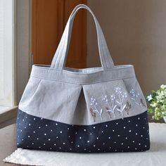 定番の手提げバッグも少しずつ秋カラーへ。