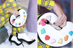"""Sophia Webster mostrou sua nova coleção de acessórios, chamada """"I'm a Rainbow Too"""", em uma presentation que inclui sapatos e bolsas inspiradas por memórias da infância – veja só a clutch que imita uma paleta de cores artsy"""