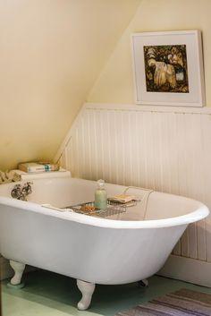 Maison ancienne: Charme absolu! | Les idées de ma maison © TVA Publications | Photos: François Laliberté #deco #patrimoine #salledebain #baignoire
