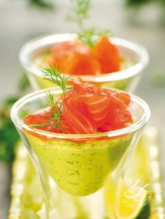 Avocado, Lime and Dill Creme with Smoked Salmon. Anything served in a martini glass is good! Wedding Appetizers, Holiday Appetizers, Appetizer Recipes, Soup Starter, Avocado Mousse, Appetisers, Smoked Salmon, Light Recipes, Clean Eating Snacks