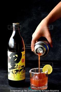 黒伊佐錦とトマトジュースの創作カクテルの写真・画像素材[1418094]-Snapmart(スナップマート) Cocktail Recipes, Cocktails, Drinks, Bottle, Food, Craft Cocktails, Drinking, Beverages, Flask
