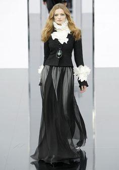 Edita Vilkeviciute au défilé Chanel automne-hiver 2009-2010 http://www.vogue.fr/mode/cover-girls/diaporama/edita-vilkeviciute-en-50-looks/7686/image/515151#chanel