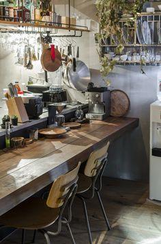 キッチンの正面には食事もできるカウンターを用意。