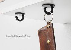 カウンター下やテーブル下に取り付ければ、シンプルなハンギングフックに。 #フック #バッグハンガー #ブラック