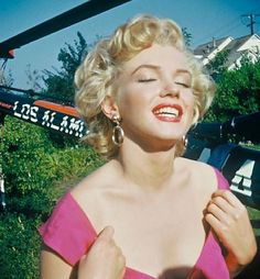 """Marilyn Monroe arriving by helicopter to a party held in her honor, hosted by orchestra leader Ray Anthony in August 1952 He debuted the song he wrote for her titled """"Marilyn"""" Sammy Davis Jr, Fotos Marilyn Monroe, Helen Slater, Cinema Tv, Norma Jeane, Hollywood Star, American Actress, Movie Stars, Pin Up"""