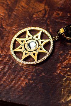 Anhänger Aurelia Darlin s mit Mini-Clip Die goldene Sonne trägt in der  Mitte einen klaren a1471d963c