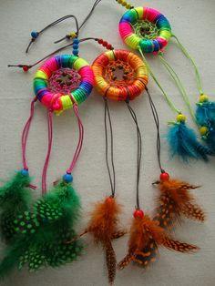 Caçadores de sonhos multicoloridos com fio de seda matizado.