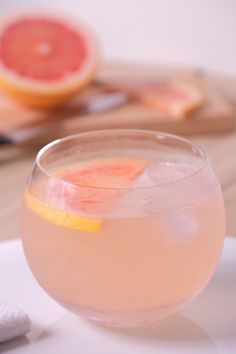 A fruity and fresh Sparkling Skinny Paloma Cocktail. This bright and refreshing drink is made with sparkling water, fresh grapefruit, and tequila. The ideal drink for a summer party. Purple Cocktails, Keto Cocktails, Refreshing Cocktails, Summer Cocktails, Cocktail Recipes, Tequila Drinks, Fun Drinks, Alcoholic Beverages, Paloma Cocktail