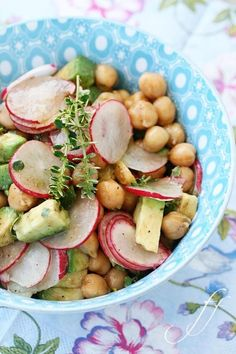 Kichererbsen, Avocado & Radieschen Salat mit Zitronenthymian, Fleur de Sel, Balsamicoessig & Zitronenöl
