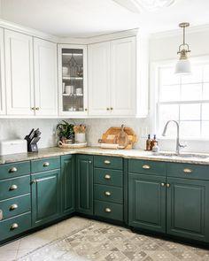 1 simple rule for styling kitchen countertops and 10 items to make them pretty but functional. Olive Kitchen, Basic Kitchen, Diy Kitchen, Kitchen Dining, How To Decorate Kitchen, Kitchen Items, Kitchen Island, Kitchen Countertop Decor, Green Kitchen Cabinets