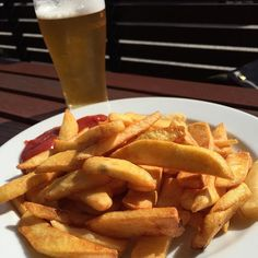#Chips & #beer in a #beergarden in the #sun. #nothingbetter. #beer #beerstagram #cheers #cheerstagram #cheerstotheweekend #cheerstothefreakinweekend #pale #ale #winechatty #winechattyPeter