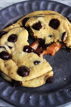 Soft and chewy salted caramel chocolate chip cookies! These are the ultimate chocolate chip cookies - made with pudding mix for the perfect texture. Salted Caramel Desserts, Caramel Chocolate Chip Cookies, Salted Caramel Chocolate, Chocolate Caramels, Chocolate Chips, Köstliche Desserts, Dessert Drinks, Delicious Desserts, Dessert Recipes