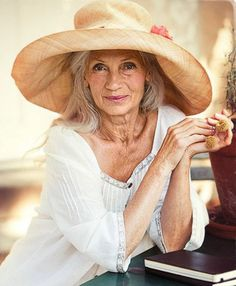 Style has no age limit. Attractive raffia cloth hat, great for sun protection. Stylish Older Women, Older Beauty, Advanced Style, Ageless Beauty, Aging Gracefully, Colourful Outfits, Grey Hair, Silver Hair, Old Women