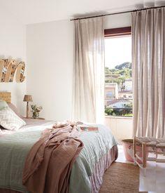 Dormitorio con ropa de cama rosa y verde, alfombra y cabecero de fibra vegetal y lámpara con forma de M en la pared_Untitled Panorama5