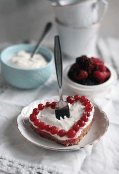 Schneller Kuchen fürs Wochenende - Einfaches Kuchenrezept mit Schmand, Joghurt und Früchten. Valentingstag, Geburtstagskuchen, Kaffee und Kuchen. Mehr Rezept findet ihr auf meinem Blog.