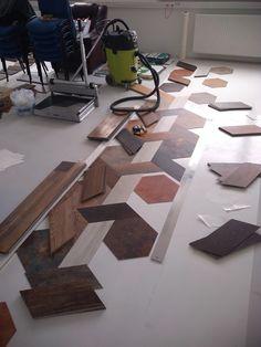 Každý dielec bol vyrezávaný ručne z obdĺžnikových lamiel #designflooring #čistenie #vinyl #vinylovapodlaha #podlaha #podlahy #dizajn #interer #byvanie #architektura #dom #byt #luxus #vlhkost #kupelna #kuchyna #obyvacka #spalna #drevo #oprava #servis #vymena #lamela #pes #psy #zvieratá #dieťa #deti #balenie #preprava
