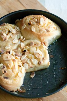 Sweet Orange and Almond Rolls: Forget cinnamon buns - these sweet orange-scented buns are where it& at. Sweet Orange and Almond Rolls: Forget cinnamon buns - these sweet orange-scented buns are where its at. Brunch Recipes, Breakfast Recipes, Dessert Recipes, Brunch Foods, Brunch Ideas, Breakfast Dishes, Catering, A Food, Food And Drink