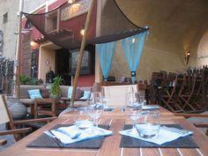 """A Bodega - Incontournable """"Restaurant et Bar-Cocktails à L'Ile-Rousse"""" !!! SOus une voûte historique, cette maison sort ses canapés et sofas dans la rue pour s'inventer un très agréable et original décor. Côté cuisine le chef vous séduira par ses spécialités de poissons frais et surtout ses déclinaisons de thon frais. Le plus : prolongez vos soirées au cocktail lounge bar : mojito, sangria, caïpirina, ti-punch et autres cocktails."""