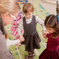 Dieser Kindertanz für die Kita ist einfach und ohne viel Material umzusetzen. Organisieren Sie doch eine Kinder-Aufführung in der Kita für die Eltern.