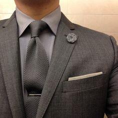 monochromatic look in shades of grey, tie clip & lapel flower Sharp Dressed Man, Well Dressed Men, Look Formal, Lapel Flower, Mein Style, Estilo Fashion, Suit And Tie, Gentleman Style, Look Chic