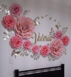 Bienvenida a casa en México para la bella Valeria de Colombia . Flores de papel #dugorche en tonos rosa con hojitas y mariposas doradas…
