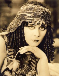 Theda Bara ~ Theda's heavily kholed eyes went on to inspire cinema goers to vamp up their looks - and lives Old Hollywood Glamour, Vintage Hollywood, Classic Hollywood, 1920s Glamour, Sound Film, Star Wars, Creepy Stories, Flapper Style, Flapper Fashion