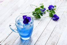 """タイの女性が手にしている鮮やかなブルーのドリンクをご存知でしょうか?あまりにも綺麗なブルーの色は思わず本物?と聞きたくなりますが、自然の花から抽出されたフラワーティーなのです。今回はタイ女性の美の秘訣である""""バタフライピー""""についてご紹介いたします。"""