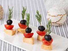 「ヤマサ鮮度の一滴 うすくち丸大豆しょうゆ」に漬けてコクの増したチーズはワインにピッタリ!ピックにローズマリーを使うと見た目が華やかになる上、ハーブの香りがチーズやトマト、オリーブの実に移ります。