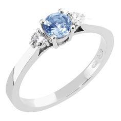 Tyylikäs Megan-timanttisormus on Malmin Korupajan omaa mallistoa. Vintage-malliston sormuksissa yhdistyvät Ihastuttavan romanttinen muotokieli ja moderni muotoilu. Valkokultaiseen sormukseen pehmeyttä tuo kevyesti pyöristetty flakkarunko. Sormuksessa on koholle istutettu kolme briljanttihiottua kiveä, joista keskimmäinen on sininen 0,34ct tansaniitti. Tansaniittia kehystävät kaksi säihkyvää 0,05ct timanttia. Klassisen kaunis sormus on helppo yhdistää eri mallien viereen. Hinta: 895 €. Malm, Engagement Rings, Vintage, Jewelry, Enagement Rings, Wedding Rings, Jewlery, Jewerly, Schmuck