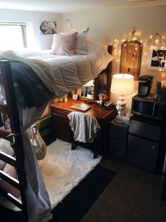 Create Beautiful Dorm Room Decoration , Opt for an inexpensive but good looking rug, and receive the biggest size you may fit in your room. If you wish to make your dorm room appears cool, y. College Bedroom Decor, Cool Dorm Rooms, College Room, Small Room Bedroom, Bedroom Apartment, Bedroom Ideas, Cozy Small Bedrooms, Diy Bedroom, College Desks