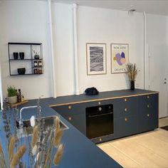 Vi er helt vilde med dette fine blå køkken, som står i vores showroom i København! 💙 Hos Form Plus Køkken kan du sammensætte dit køkken i mange forskellige farver - så hos os er det kun fantasien, der sætter grænser 🤩