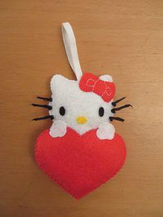 Hello Kitty en feutrine dans un cœur rouge pour la Saint Valentin