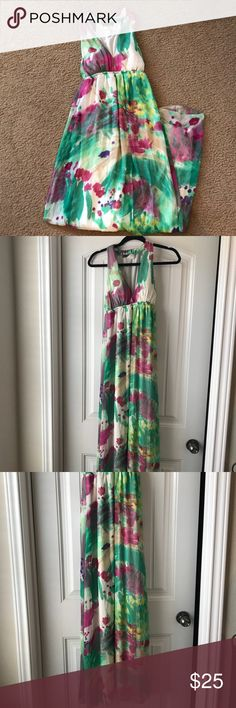 Beautiful floral maxi dress Perfect for Easter or Spring/Summer vacations! Maxi dress, fully lined, pretty neckline. In great condition, just a few threads loose around the back of the neck. Dresses Maxi