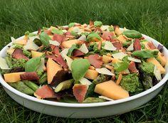 Sommersalat med grillet asparges, cantaloupe melon, ristet parmaskinke og pinjekerner, parmesan og pesto med citron.